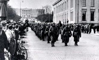 Tyskerne marsjerer opp Karl Johansgate i Oslo,, 1940
