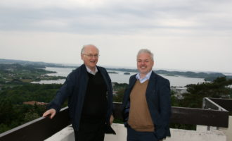 Professor Torgrim Titlestad og Ole Bjoern Fausa-Samlerhuset foran Hafrsfjord