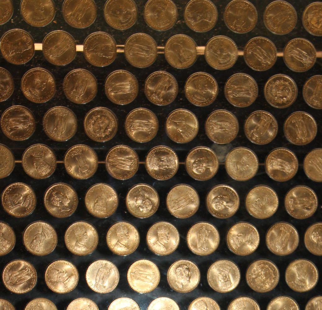 """Gullmynter i """"Myntportalen"""" på Myntkabinettet i Oslo. Myntportalen er kanskje hovedattraksjon i myntutstillingen i dag, med store deler av Norges Banks gullbeholdning presentert i en stor portal."""