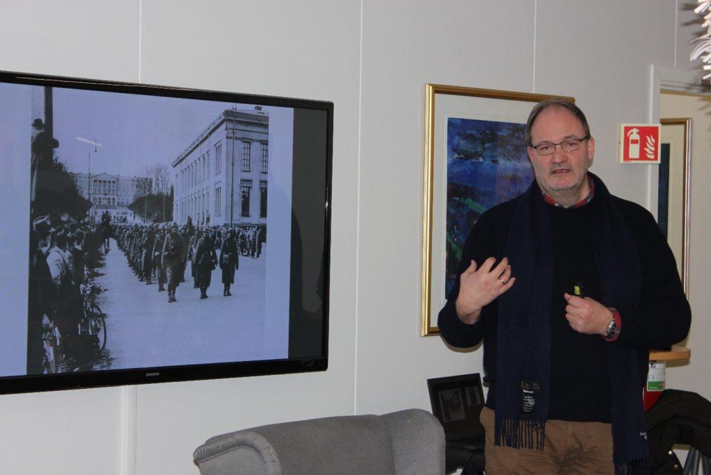 Gunnar Sønsteby ser tyskere masjere nedover Karl Johans gate. Petter Ringen Johannessen forteller.