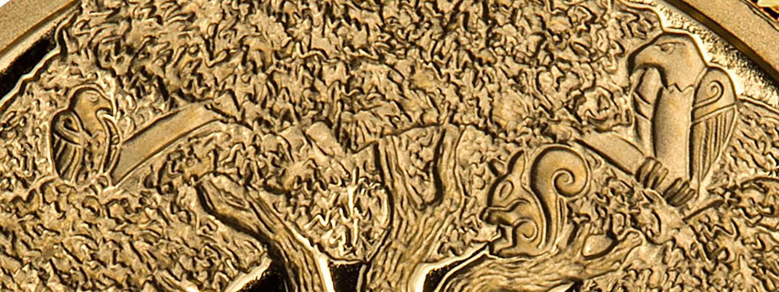 En ørn til høyre og en falk til venstre i bildet. De sitter på hver sin gren på Yggdrasil. Ekornet Ratatosk sitter i nærheten av ørnen.