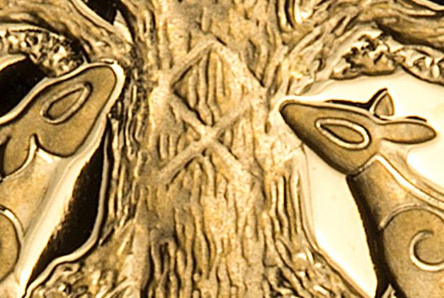"""Runen """"odel"""" vises på stammen av treet Yggdrasil. Den symboliserer runenes makt, som Yggdrasil hadde. Runen og treet er omkranset av to hjorter."""