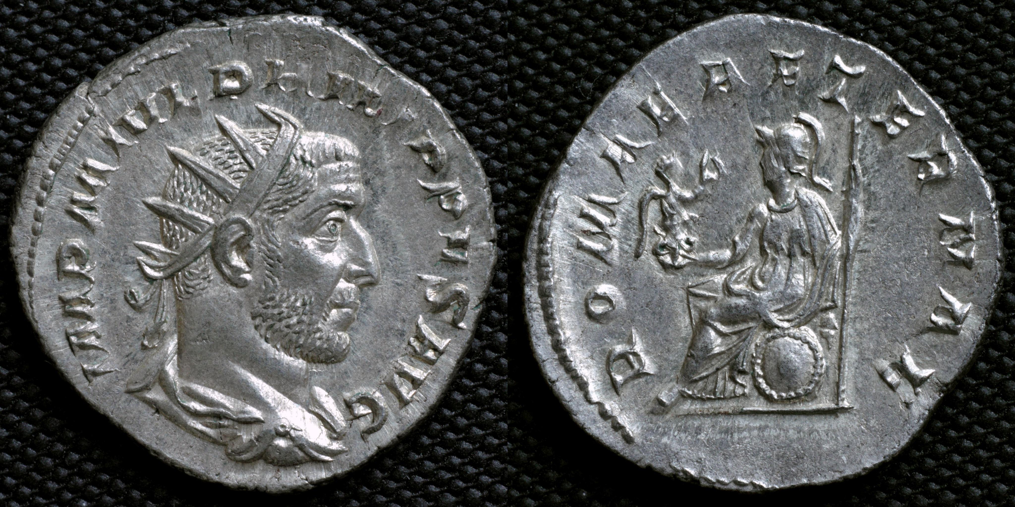 Romerske mynter, her en antoninianus av Fillip Araberen. Portrettet hans på advers med omskriften IMP (erator) M IVL (Julius). Reversen har Athene/Minerva med Nike/Victoria og omskriften ROMA AETERNAE (Evige Roma).