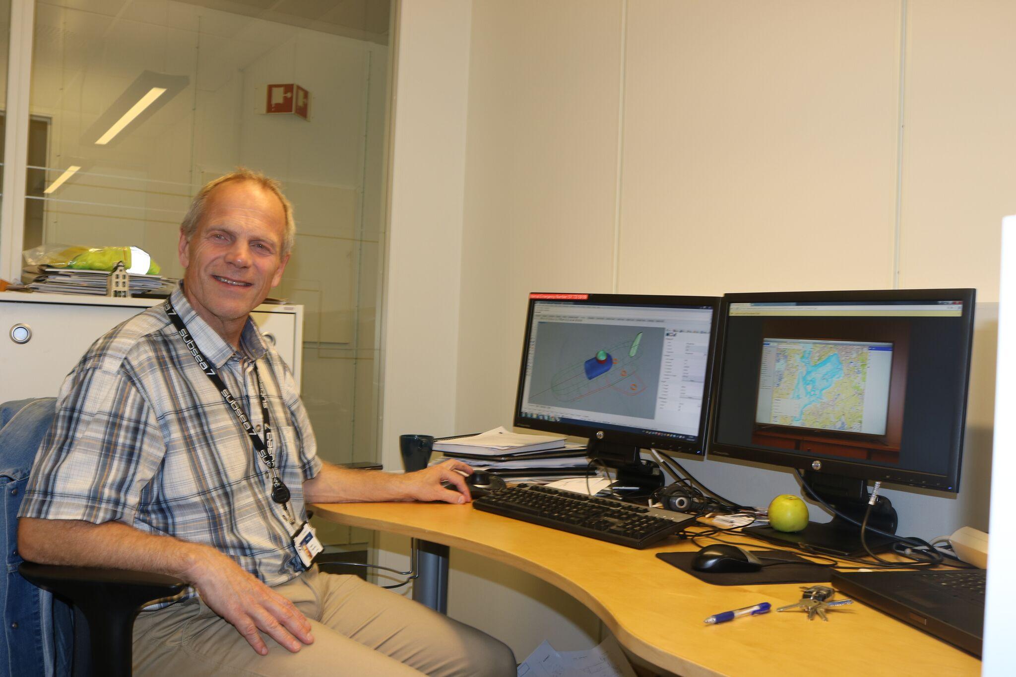 Samlerhuset: Sigbjørn Daasvatn i Funn i Harfrsfjord foran skrivebordet