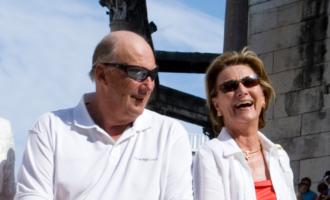 Harald og Sonja uformellt kledd med solbriller, sannsynligvis sommertid