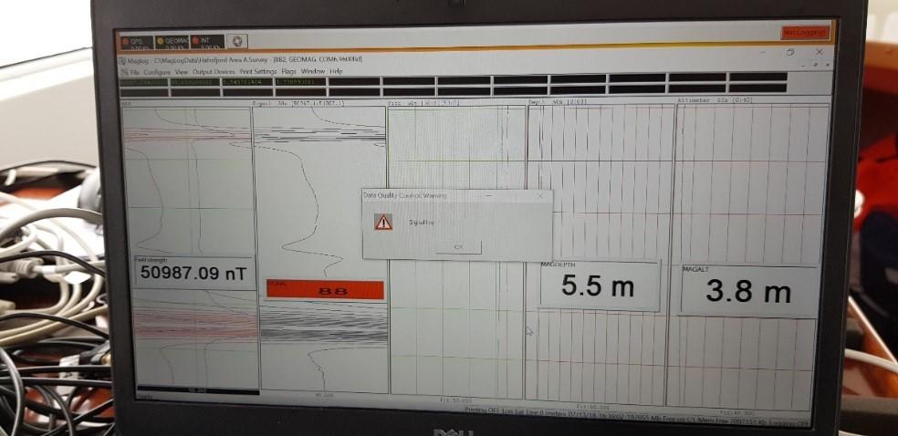 Samlerhuset: Bilde av skjerm som viser undersøkelser med magnetometer. Tall på skjermen viser dybde og utslag.