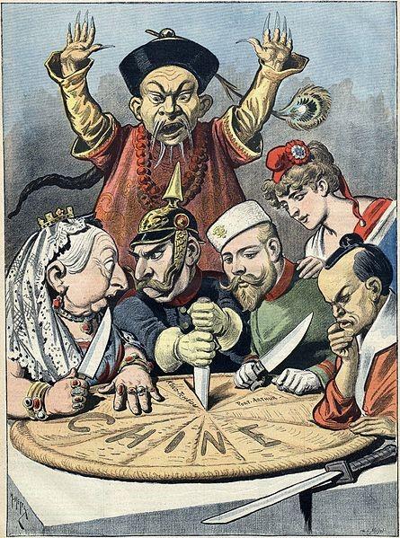 Karikatur av generisk kineser i bakgrunnen, mens dronning Victoria, keiser Wilhelm II, Nikolai II og generisk japaner fordeler Kina formet som en rund lefse.