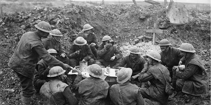 Første verdenskrig quiz illustrasjon fra julaften under første verdenskrig der tretten menn med hjelm og uniform nyter et spartansk julemåltid