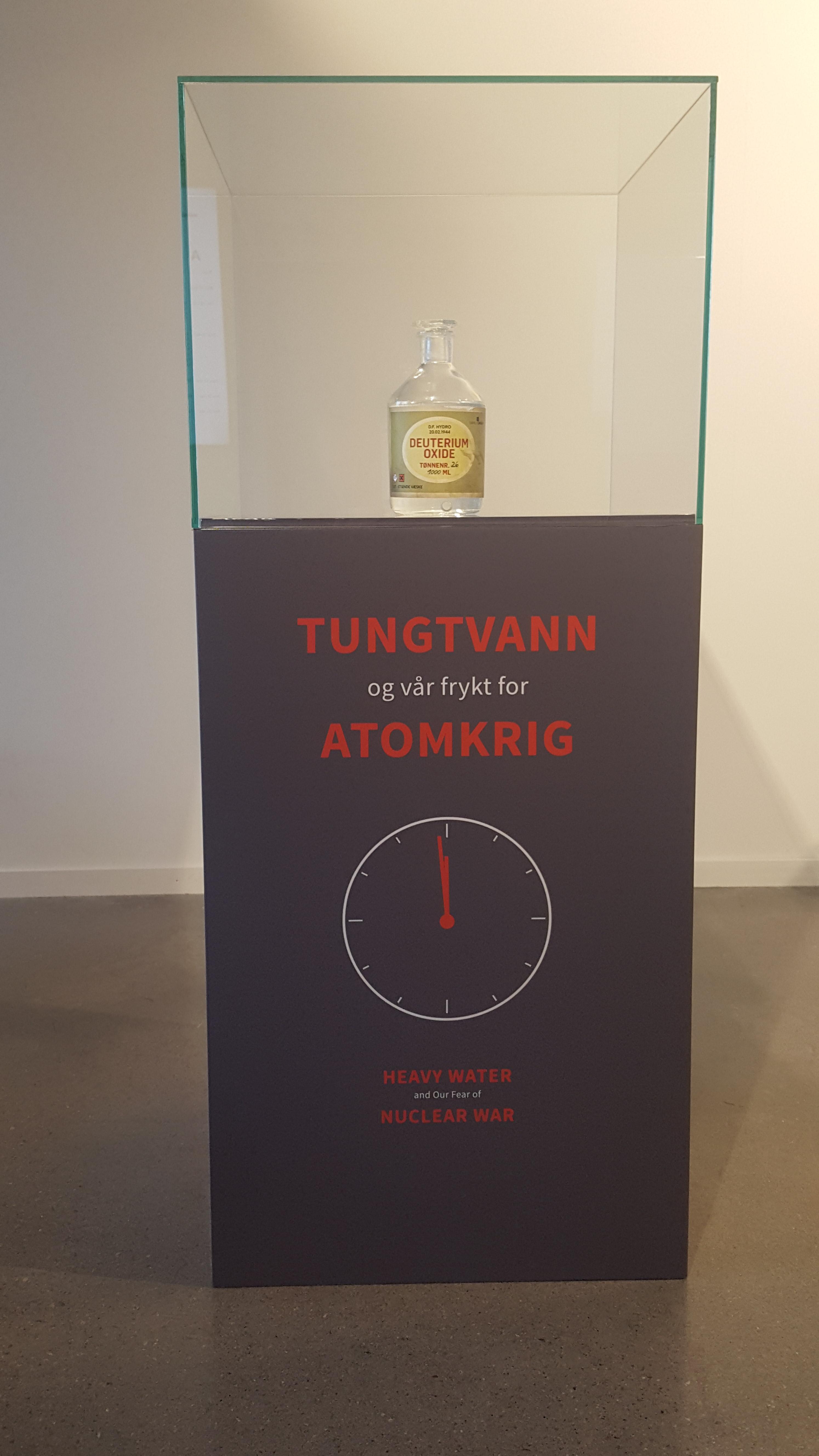 """Samlerhuset: Tungvann monter med skriften """"Tungvann og vår frykt for atomkrig"""""""