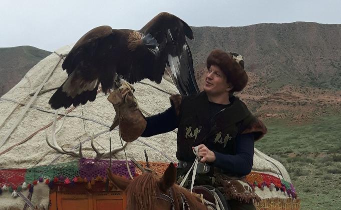 Sturla Ellingsvåg på hest med ørn. Les mer om hva han og Tore Strømøy skal gjøre i Kasakhstan!