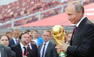 Påske-quiz 2019: Putin måtte til slutt gi fra seg VM-trofeet. Men hvilket land vant trofeet to ganger først?