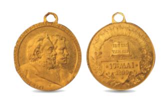 17. mai-medalje med Ibsen og Nansen på, med omskrift om at vi skal være dype som Ibsen og sterke som Nansen.