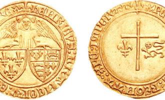 En engel med Frankrike og Englands riksvåpen, og et kors med den franske lilje og den engelske løve.