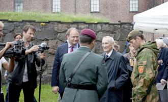 Gunnar Sønsteby ble omflakket av media og soldater under avdukingen av Max Manus-statuen
