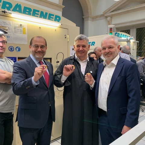 D-Dagen ble preget og lansert ved Monnaie de Paris. Her viser Marc Schwarz, Joaquin Jimenez og Ole Bjørn Fausa fram tre eksemplarer.