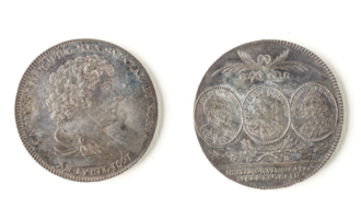 Skikken om å ha draperi på myntene fra 1826 av kan komme fra denne mynten fra 1821