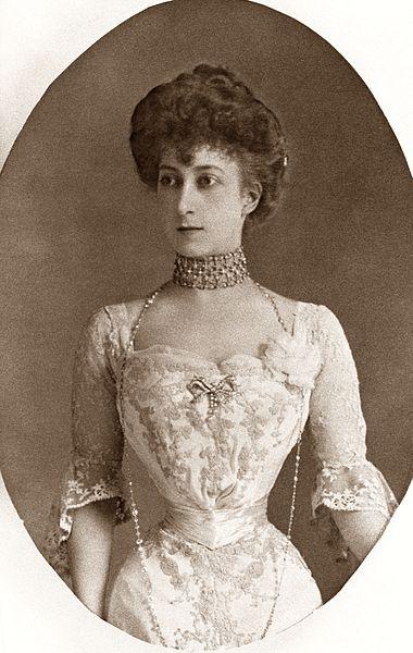 Dronning Maud med svært tynn midje