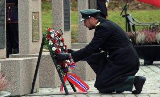 Forsvarets minnedag 2019, der kronprins Haakon Magnus legger ned en krans for falne
