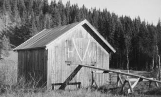 Utløe med V-tegn og H VII på døren i Lommedalen