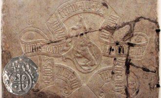 Gravsteinen til Olav den femte (offisielt den fjerde) og mynten til Olav Magnusson