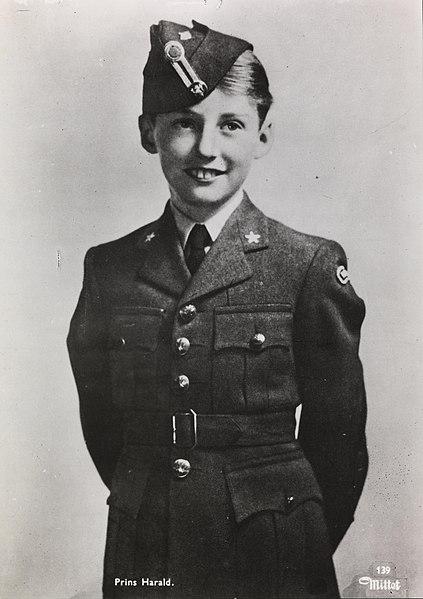 Kongefamilien var flere ganger i Canada. Her prins Harald i flygeruniform.