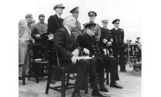 Franklin D. Roosevelt og Winston Churchill. I serien om kronprinsesse Märtha spilles Roosevelt av Kyle MacLachlan