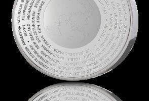 FN 75 år-medaljen med navnet på de første medlemmene i sirkel rundt jordkloden