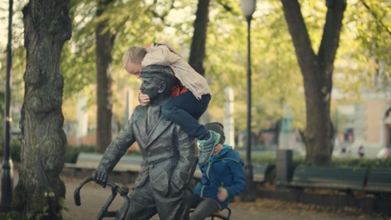 Sønstebyfondet har vært en viktig samfunnstemme. Her representert ved statuen av Sønsteby på Karl Johans Gate.