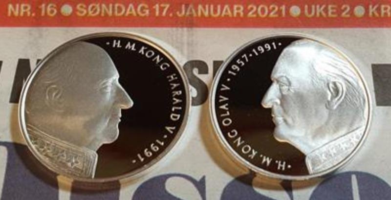 Tronskiftemedaljene reflekterer hvilken retning monarkene så på deres mynter, Harald til høyre, Olav til venstre.